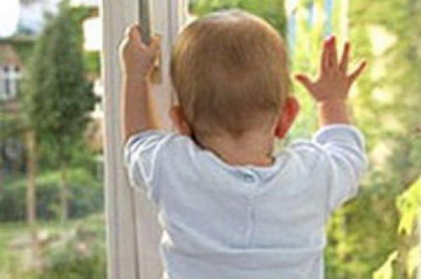 В Омске двухлетний ребенок разбил голову, выпав со второго этажа