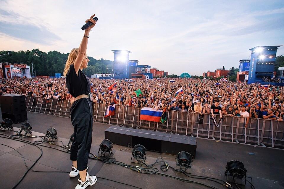 Арт-директор Юлианны Карауловой запросил 150 тысяч рублей за съемку певицы