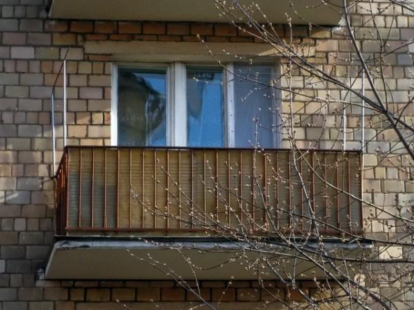 В Тюмени 3-летний ребенок запер мать на балконе 9-го этажа