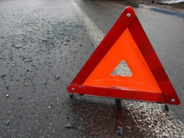 В Барнауле Toyota врезалась в столб после ДТП