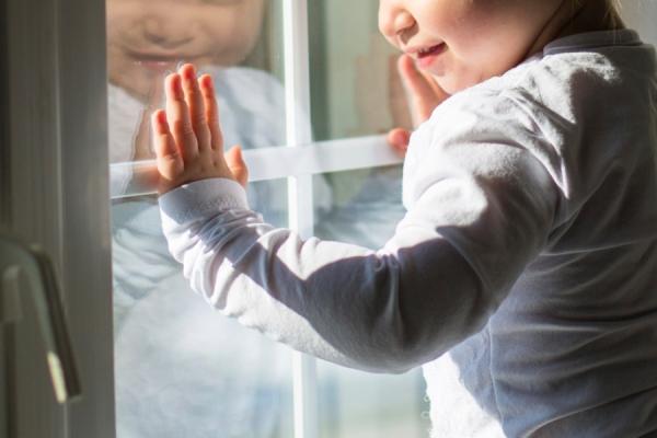 В Саратове трехлетний малыш выпал из окна на глазах у матери