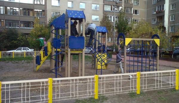 В Кемерове 15-летний подросток сломал обе руки на детской площадке