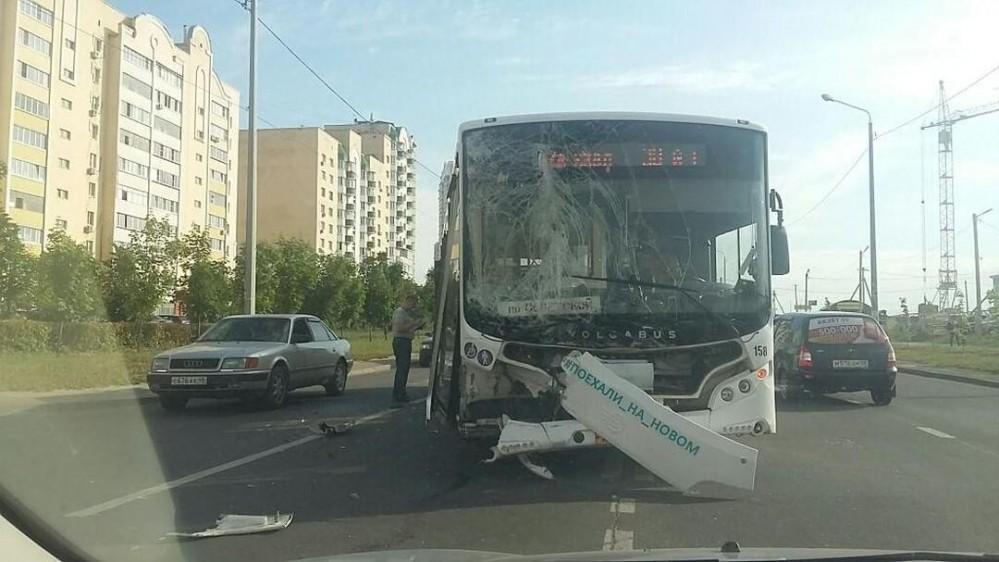 Пассажирский автобус попал в аварию в Липецке