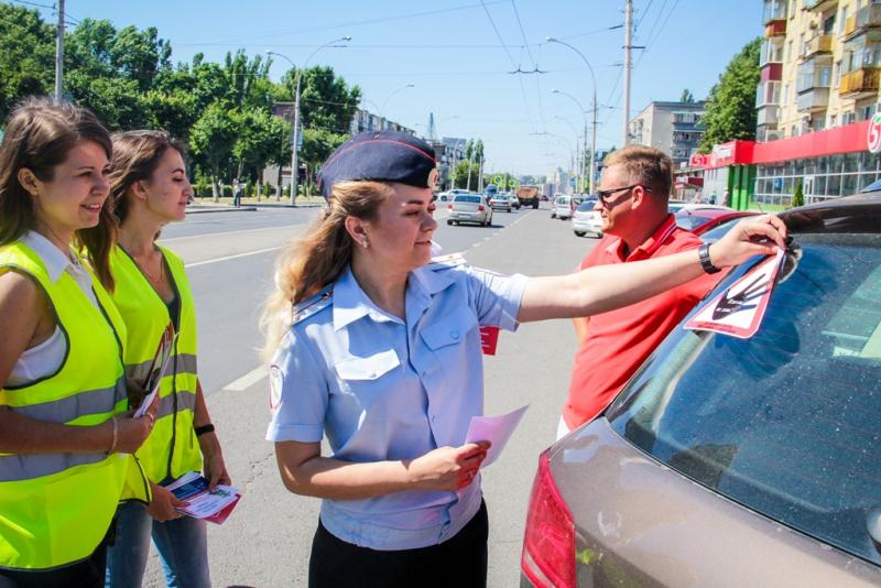 Липецким водителям вручили стикеры «Взяток не даю!»
