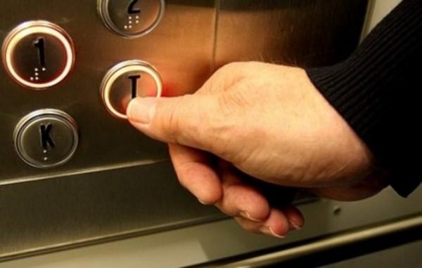 В Екатеринбурге мужчина в лифте напал на 12-летнюю девочку