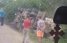 В Ярославле на Костромском шоссе перевернулся только что отремонтированный бетоновоз-миксер