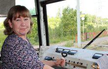 В Ярославле водитель трамвая потушила горящую траву и тлеющие шпалы, предотвратив задержку движения