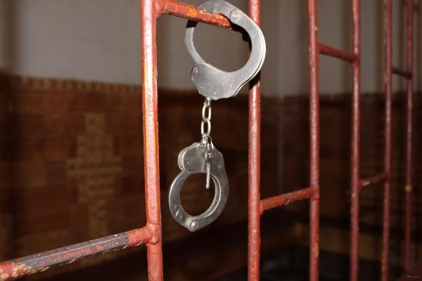 Жителя Саратовской области, избившего гражданскую жену и тестя кочергой, осудили на 5 лет