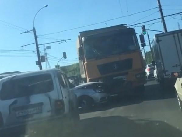 Семь авто столкнулись на Октябрьском мосту в Липецке (видео)