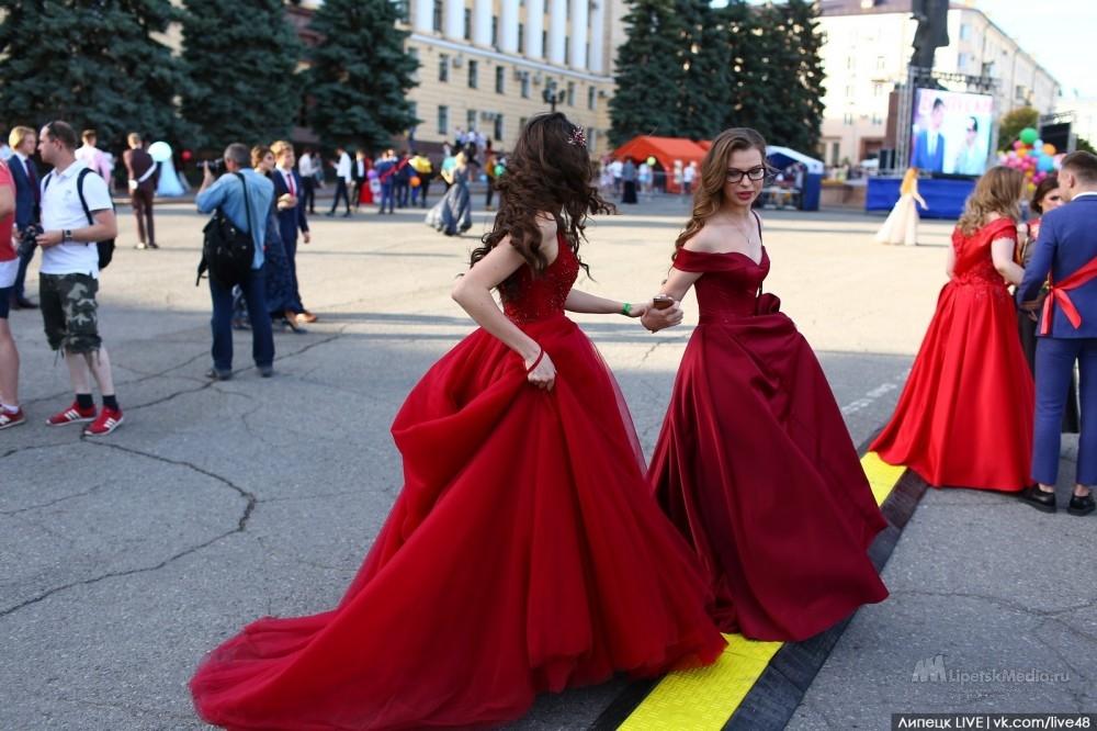 Цвет выпускного - красный (фото)