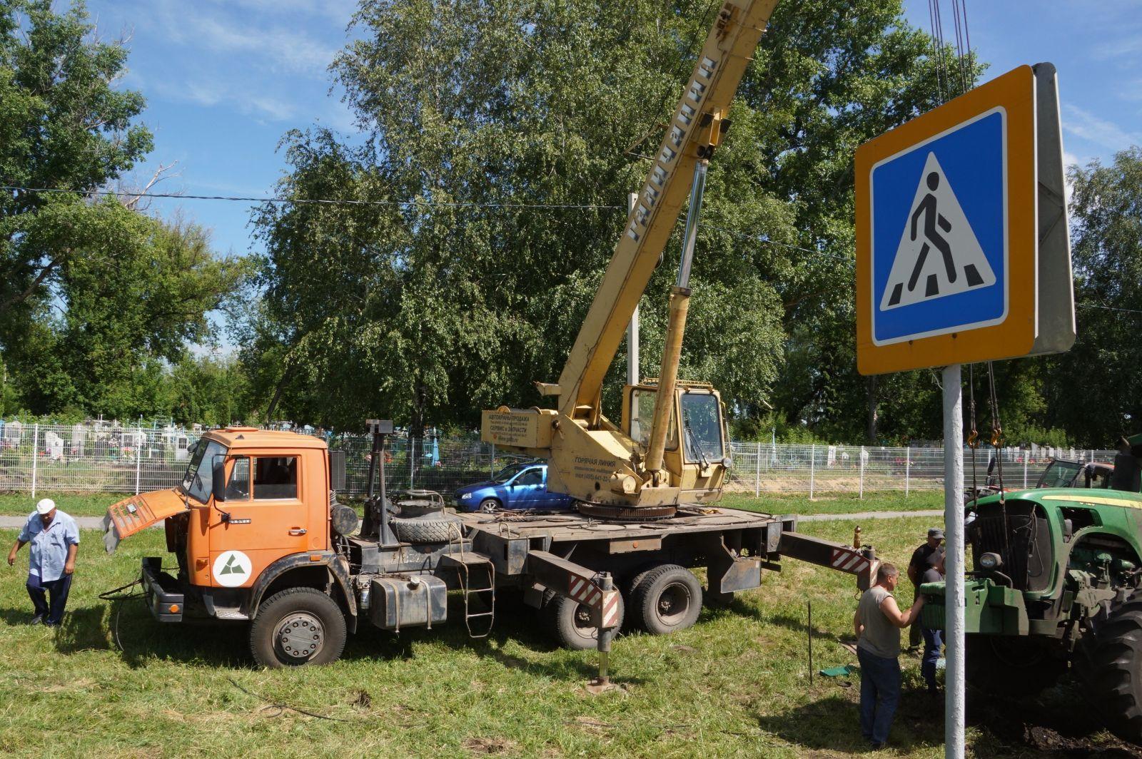 Трактор сбил дорожный знак и улетел в кювет на трассе Липецк – Усмань