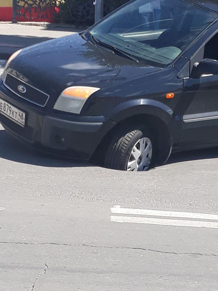 В центре Липецка Ford провалился в дыру в асфальте