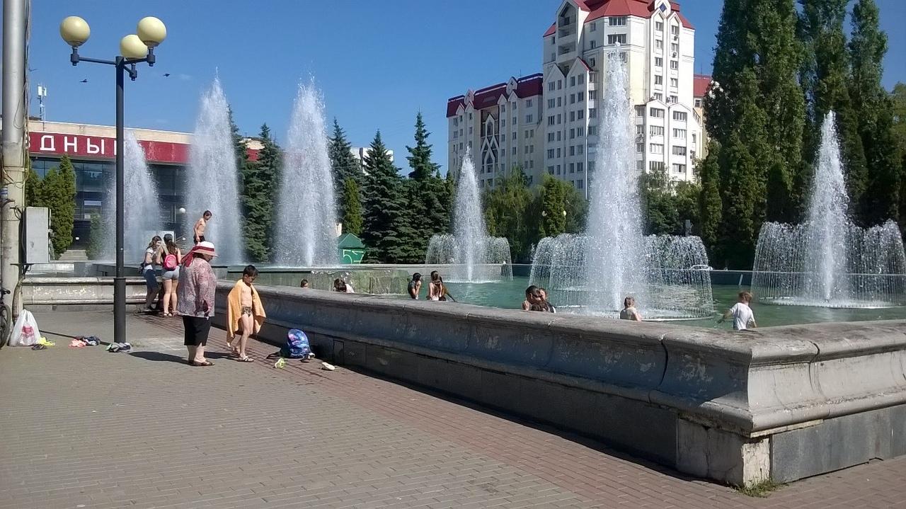 В Липецке дети спасаются от жары в городских фонтанах