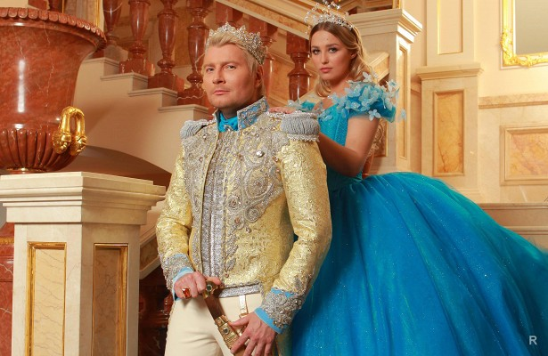 Николай Басков подарил актрисе Аглае Шиловской прекрасный букет и преподнёс ей необычное колечко