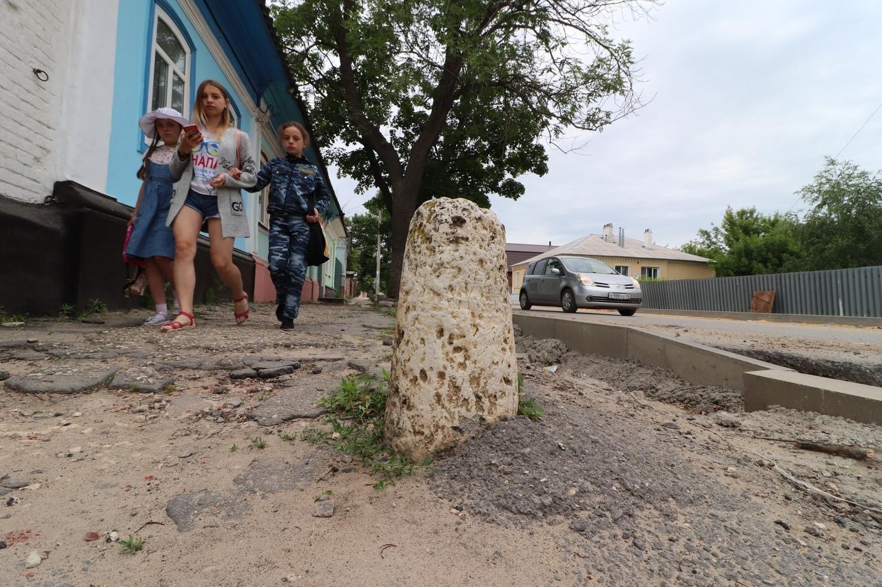 Под асфальтом в Ельце обнаружили белокаменный тротуар XIX века