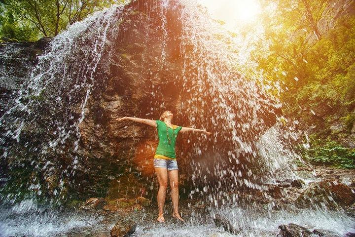 Неизвестные захватили водопад на Алтае и берут плату за его посещение