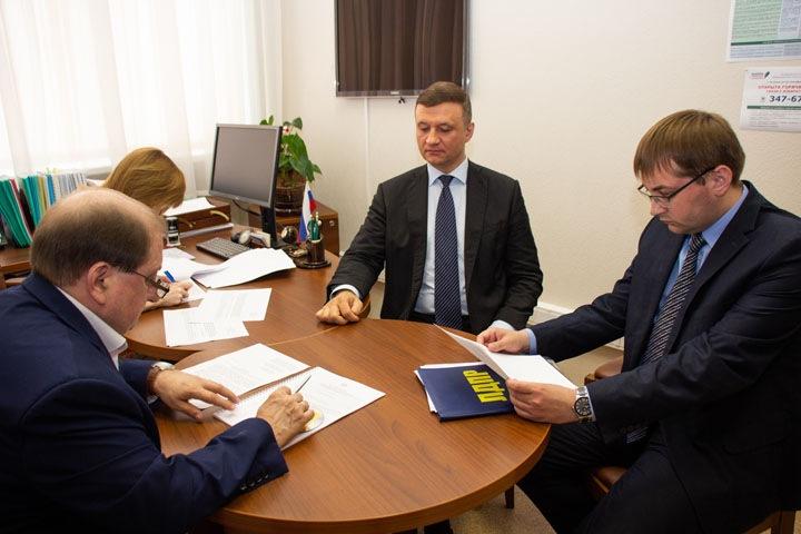 «Откуда пьянка? От незанятости»: кандидат в губернаторы Савельев сдал документы в облизбирком