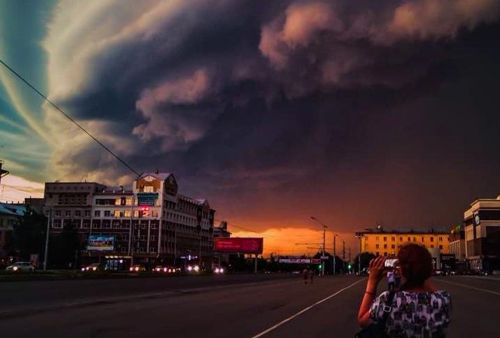 Сотни людей восстанавливают Барнаул после разрушительного урагана