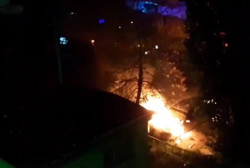 Ночью в Ельце горел автомобиль (видео)