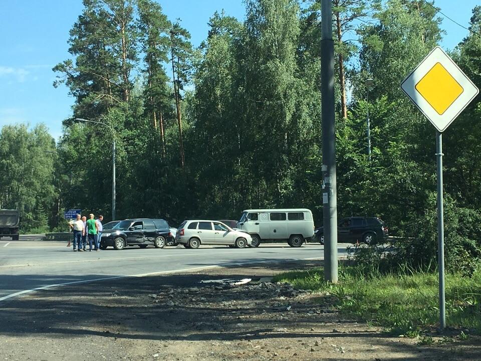 Автоледи со знаком «начинающий водитель» протаранила две машины