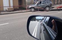 В Рыбинске внедорожник въехал в стену здания