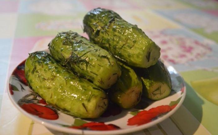 Как сделать малосольные огурцы с чесноком и зеленью быстрого приготовления