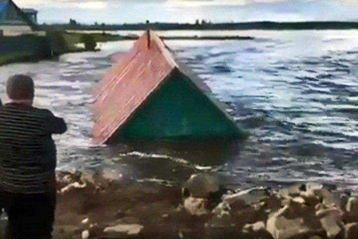 Паводок унес баню в Чите и разрушил мост
