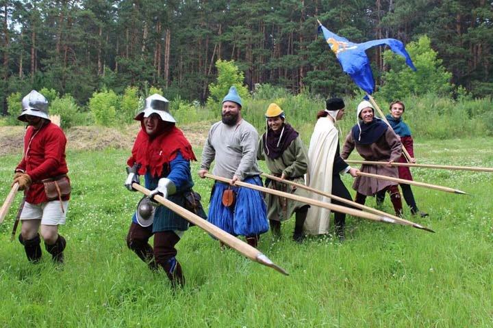 «Ложишься в сено и прямо проваливаешься»: новосибирцы увидели битву веков