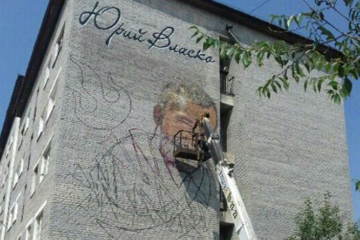Портрет убитого чемпиона Европы по борьбе рисуют на фасаде дома в Бурятии
