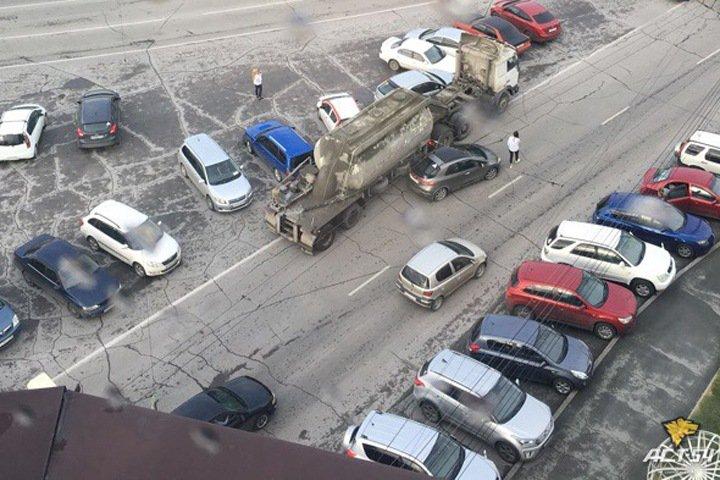 Грузовик протаранил несколько припаркованных автомобилей в Новосибирске