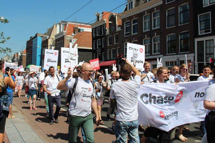 «Преследуй вирус, не людей»: ВИЧ-активисты из России потребовали доступа к лечению на конференции  в Амстердаме