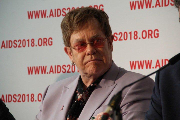 Элтону Джону рассказали об эпидемии ВИЧ в Сибири
