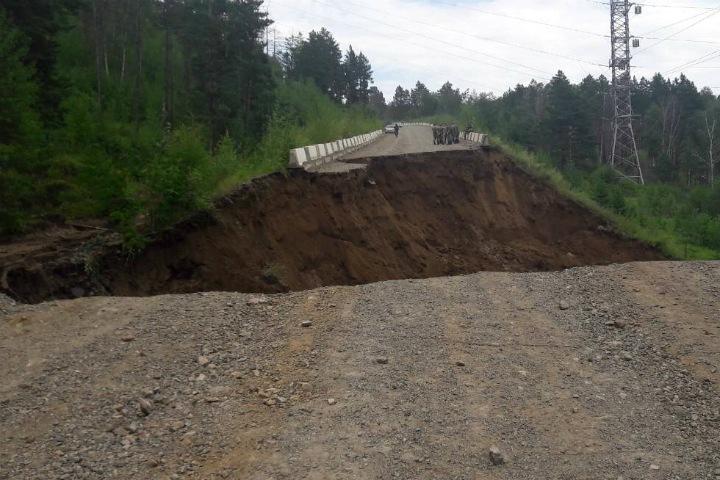 Дорога обрушилась в Чите, многоквартирный дом уходит под землю