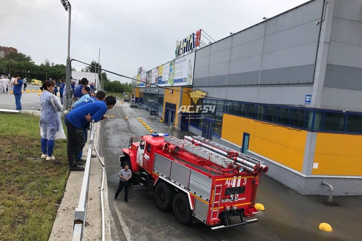 Гипермаркет «Лента» эвакуируют в Новосибирске из-за подозрительного предмета