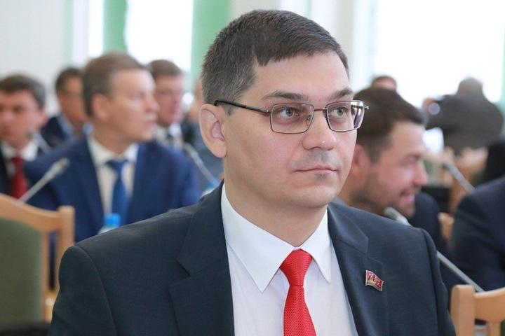 Лидера КПРФ в горсовете Омска уволили после голосования «против» поддержки Буркова