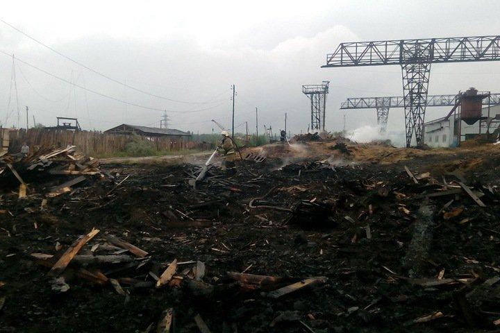 Спасатели несколько часов тушили пожар на лесопилке в Канске