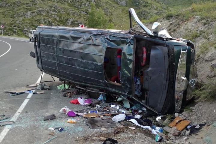 12 человек попали в больницу после опрокидывания микроавтобуса на Алтае