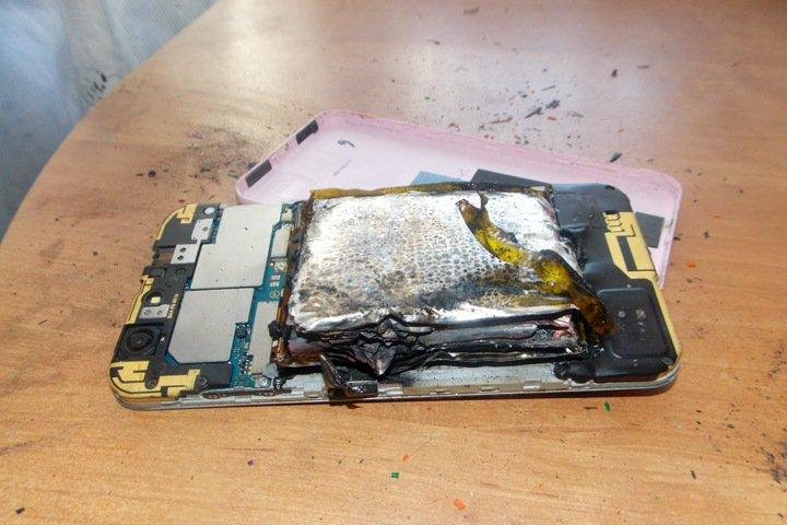 Телефон ZTE загорелся в руках девушки во время просмотра «ВКонтакте»
