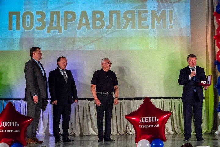 Строители наградили Анатолия Локтя и Сергея Семку орденами