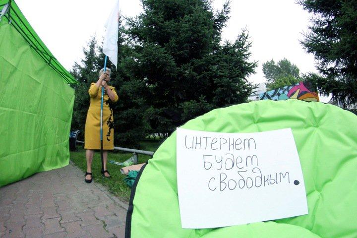 Кто стоит за компанией, изучающей «экстремистские» мемы на Алтае