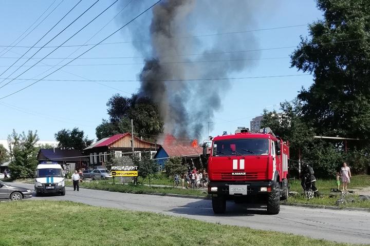 Второй дом за неделю загорелся на одной улице в Новосибирске