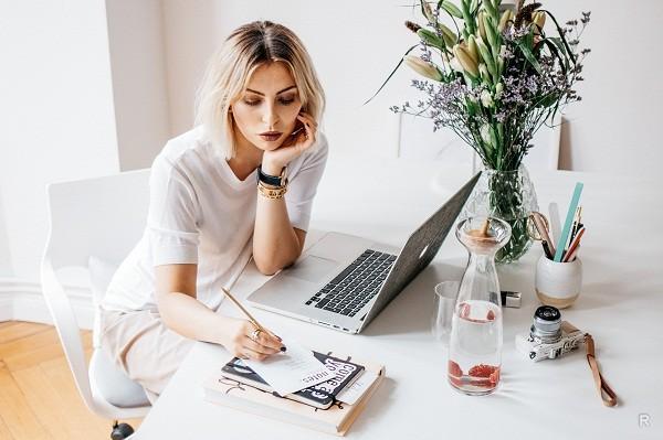 Блоггеры, благодаря своим красивым статьям и видеороликам могут с легкостью заработать хорошую сумму денег
