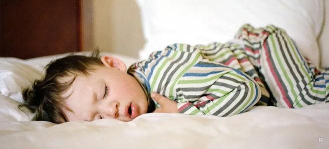 Сон на животе может привести к множеству проблем со здоровьем