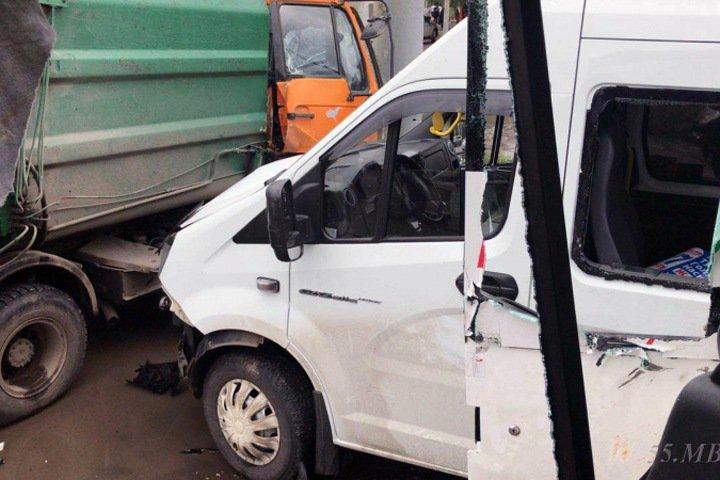 Пятнадцать человек пострадали в ДТП с омскими маршрутками