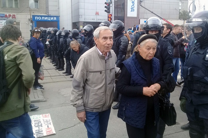 Шествие против пенсионной реформы проходит в Новосибирске. Онлайн
