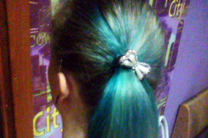 Шестиклассницу выгнали из бердской школы за голубые пряди волос