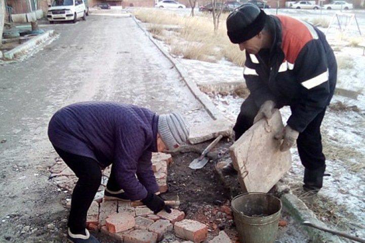 72-летняя бабушка из Бурятии сама заделала яму в асфальте. Получилось не хуже, чем у дорожников