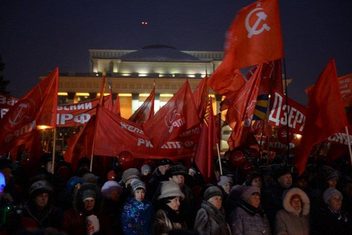 «Оторвитесь от своих диванов, пока их не унесли приставы»: новосибирские коммунисты отметили 7 ноября и выступили против пенсионной реформы