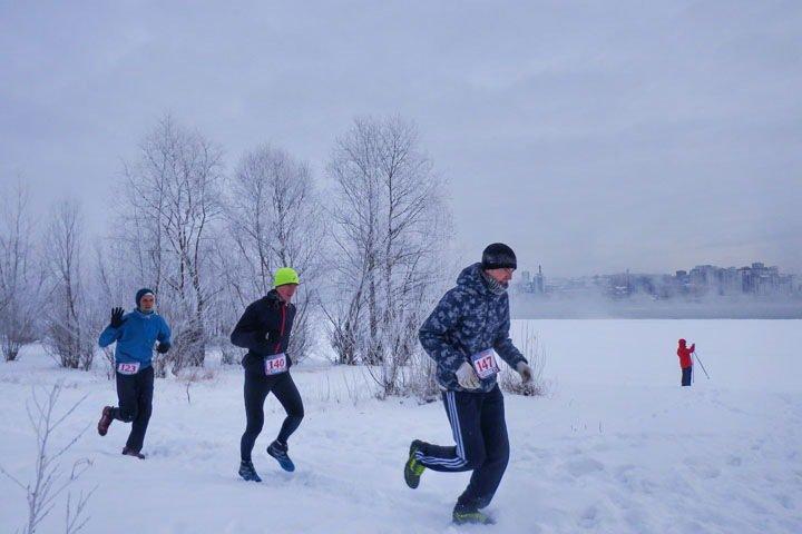 «Бегающие зимой живы и здоровы»: новосибирцы пробежали 16 километров по морозу