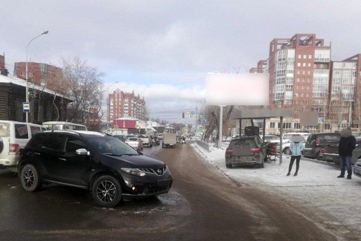 Машина въехала в остановку с людьми в Томске